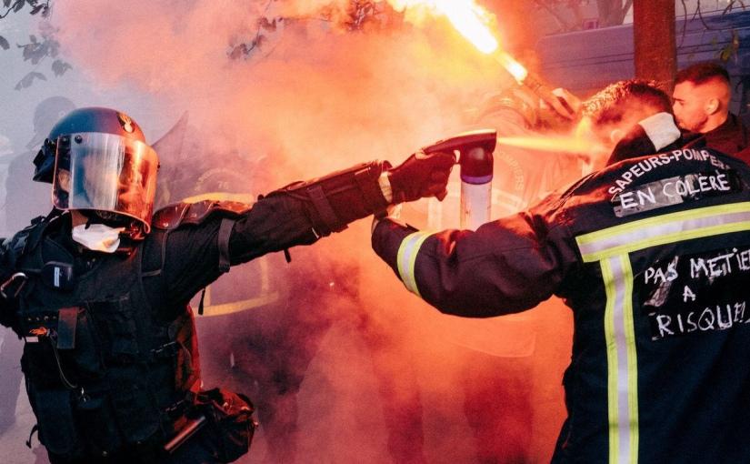 Devoir de mémoire: Peuple de France, Pompiers,infirmiers, retraités, salariés, étudiants, indépendants … Gazés, violentés ! STOP À CE GOUVERNEMENT FASCISTE!
