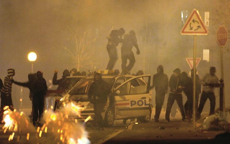 """Seine-Saint-Denis : pour le PCF, les violences en banlieue s'expliquent par """"la solitude du confinement"""" et les feux d'artifices tirés sont une manière pour les jeunes « d'exprimer leur joie»"""