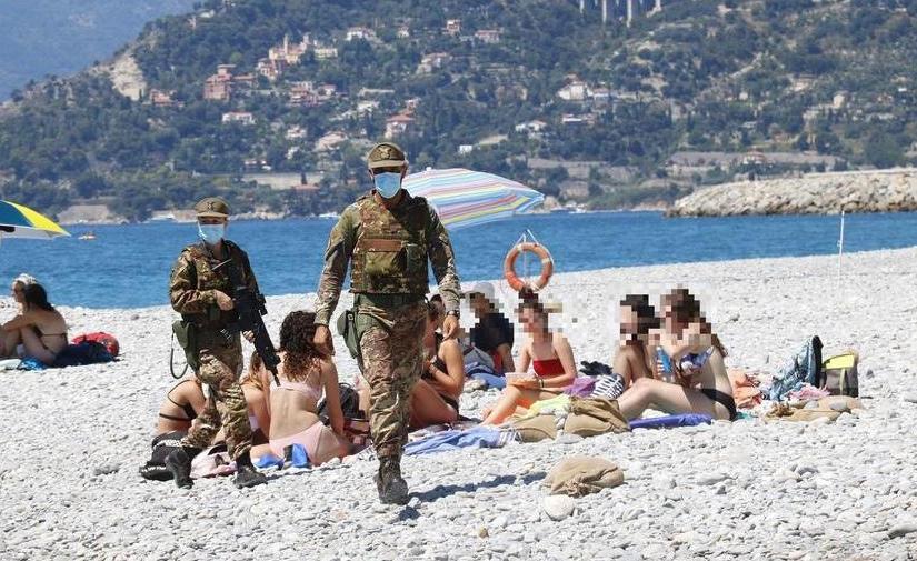 Italie : militaires sur les plages pour faire respecter les règles anti-Covid tandis que les clandestins sont hors decontrôle